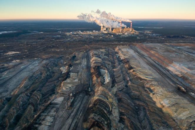 Vue-aerienne-de-la-mine-de-charbon-a-ciel-ouvert-Belchatow-en-Pologne-dzika_mrowka